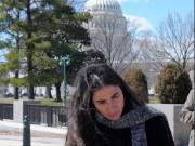 La bloguera cubana Yoani Sánchez al amparo del Capitolio de Washington. Tomada de Cambios en Cuba