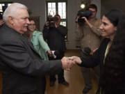 """Este lunes el expresidente polaco Lech Walesa (izq) recibió a la bloguera cubana Yoani Sánchez (der), él que fue y ella que es """"l´enfant terrible"""" de la CIA para la """"democracia"""" en Cuba. Foto: EFE"""