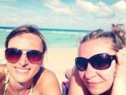 Alena Bocchiola (a la derecha) con una amiga de visita en Miami. Así es como ella entiende la lucha por la libertad de Cuba. Foto: Miradas encontradas